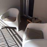 Ampio balcone con poltrone e tavolino