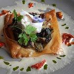 La tarte fine aux champignons « lentins » de Pleuven et blettes du marché, et crème au foie gras