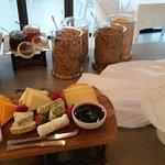 el desayuno completisimo y con productos de muy buena calidad..la atencion del personal muy efci