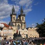 na een tramritje van 10 minuten sta je op het central plein van Praag. Overweldigend mooi!