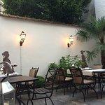 Sommerspeisesaal im Innenhof. Fehlen nur noch die mittelalterlichen Schalmeien