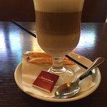 Латте (к кофе приносят шоколадку :-)