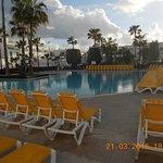 piscine de l'hôtel dommage ce jour là il pleuvait donc la photo est un peu grise