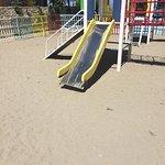 Le toboggan du parc à jeux : y a rien qui vous choque ?