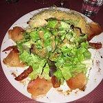 Salade alpage : Croustillant de Roblochon, Speck, tomates séchées. Coupe Mont-Blanc : glace Vani