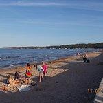 """Club donne sur la plage """"pieds dans l'eau""""."""