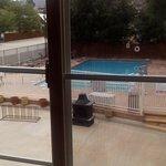 Vista de la piscina abierta desde la habitación