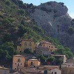 La location vista dalla piazza del paese. E' una delle ultime case arroccate sulla montagna