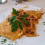 Piccata Milanese auf Tomatenspaghetti