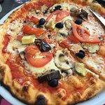 Pizza domino courgette aubergine poivron, quelconque avec 2 légumes qui se battent en duel.