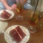Red Velvet cake ed infuso freddo di The nero con menta e Lime