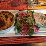 Tarte oignons et radis noirs-crudités-soupe de courgettes au basilic-terrine de canard