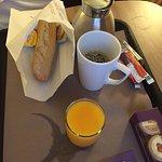 petit déjeuner en chambre - pain - beurre - jus d'orange :((
