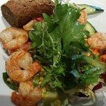 kleiner gemischter Salat mit Garnelen