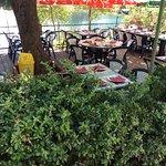 Terrasse du restaurant en bordure du lac et de la route