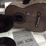 Buen homenaje a los guitarristas del cantor de Bs.As.