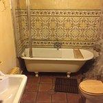 Baño en piedra con bañera grandísima!!