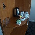 Bollitore acqua per preparate thè o caffè con tazze, cucchiaini e bustine di thè, caffè e zucche