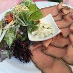 Roastbeef mit Salat und Bratkartoffeln