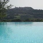 vista di Todi dalla piscina dell'Agriturismo