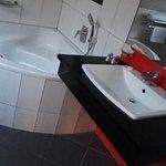 bagno luminoso con vasca triangolare con idromassaggio