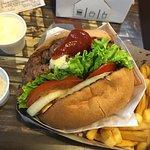 Excelente hamburguesa! Recomendada La carne tiene un sabor a la parrilla particular, la combinac
