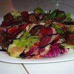 salade gourmande avec magret fumé et foie de volaille déglaçé au vinaigre de balsamique