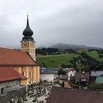 Mit Blick auf Kirche und Friedhof am Stadttor