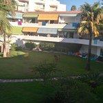 Vista general de los apartamentos y playa junto a los apartamentos