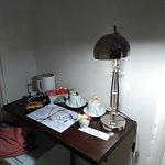 Escritorio con nevera, jarra calienta-agua, infusiones y aperitivos.