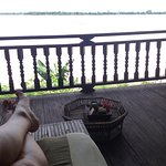 Al final de tu masaje, reposas un rato frente al Mekong tomando un te de hibisco