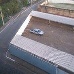 meu carro na garagem fora do hotel