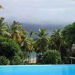 La piscine à débordement avec sa vue plongeante sur la plage et la baie de Samana