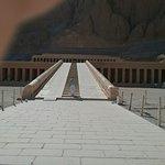 Totentempel der Hatschepsut im Deir-el-Bahari-Tal Foto