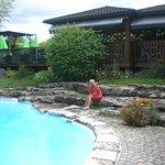Superbe piscine, avec transats, petites tables.....