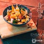 Ensalada Moa: mezclum de lechuga, marinado de frutas, pollo, queso manchego, crotones.