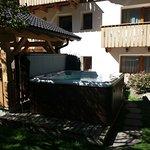 vasca idromassaggio nel giardino posteriore