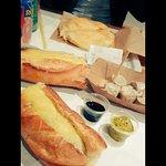 Sandwich bouchon gratiné (coupé en 2) + bokit et bouchons