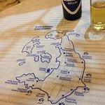 la mesa autentica, con el mapa de la isla.no nos faltó nada por ver¡¡