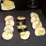 cangrejo, salmón, aguacate, langostino e ikura
