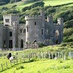Un château un peu kitsch au milieu des prés