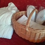 Cestino con tutto il necessario per la piscina: accappatoi, ciabattine e asciugamani.