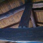 Sotto il tetto, capriata, tutto in legno; soffitto della camera