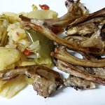 Chuletillas de lechal con guarnición de patatas y pimientos al horno