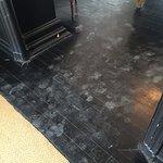 Les jolies traces au sol sur parquet noir