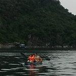 Naik kayak di Halongbai