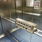 Incluso el ascensor esta pensado para personas con discapacidad