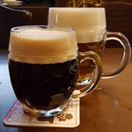 Magnífica cerveza negra artesanal.