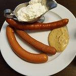 Aperitivo: mix de salchicas checas acompañadas de crema agria y mostaza