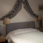 La decoración con telas estaba un poco sucia y con manchas en el respaldo. La cama, muy cómoda.